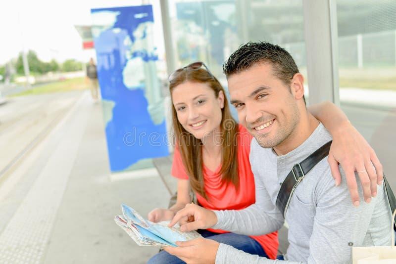 夫妇坐在电车中止 免版税库存图片