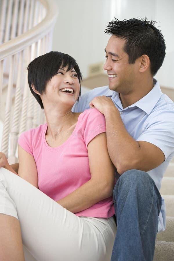 夫妇坐的微笑的楼梯 图库摄影