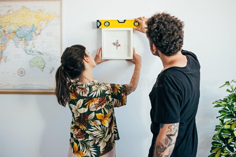 夫妇垂悬在墙壁上的框架绘画 免版税库存照片