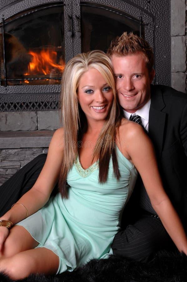 夫妇壁炉浪漫微笑 免版税库存照片
