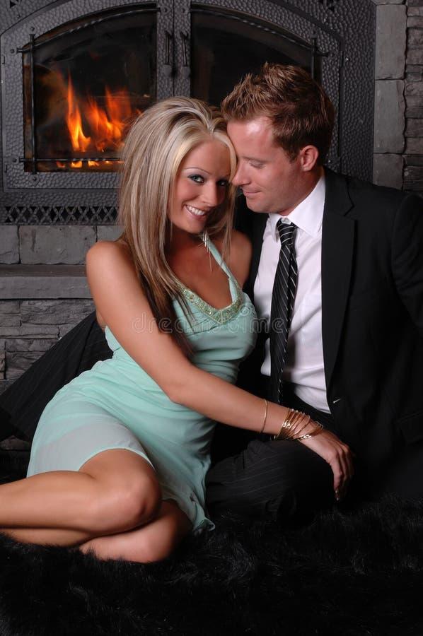 夫妇壁炉flirty浪漫 图库摄影