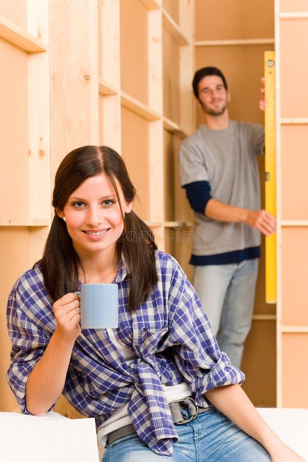 夫妇定象住所改善墙壁年轻人 免版税库存照片