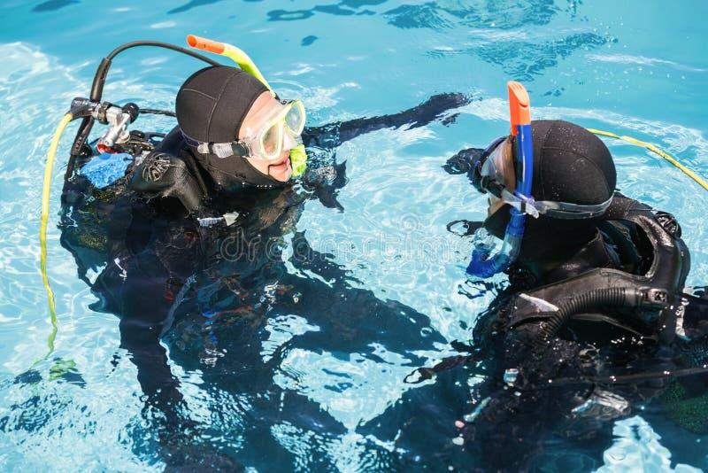 夫妇实践的佩戴水肺的潜水一起 免版税图库摄影