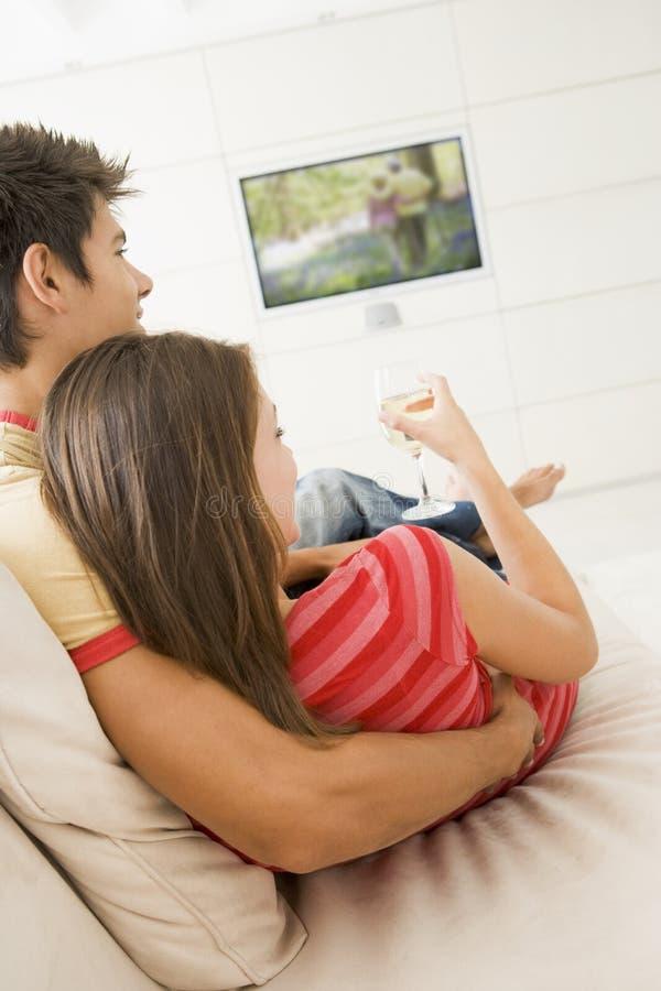 夫妇客厅电视注意 免版税图库摄影