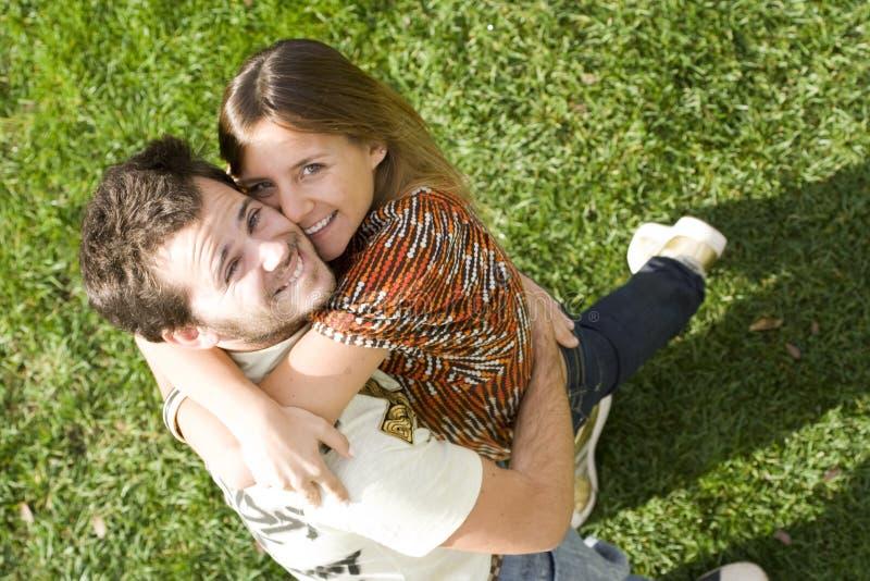 夫妇室外年轻人 免版税库存照片