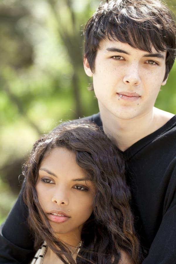 夫妇室外纵向青少年的年轻人 图库摄影