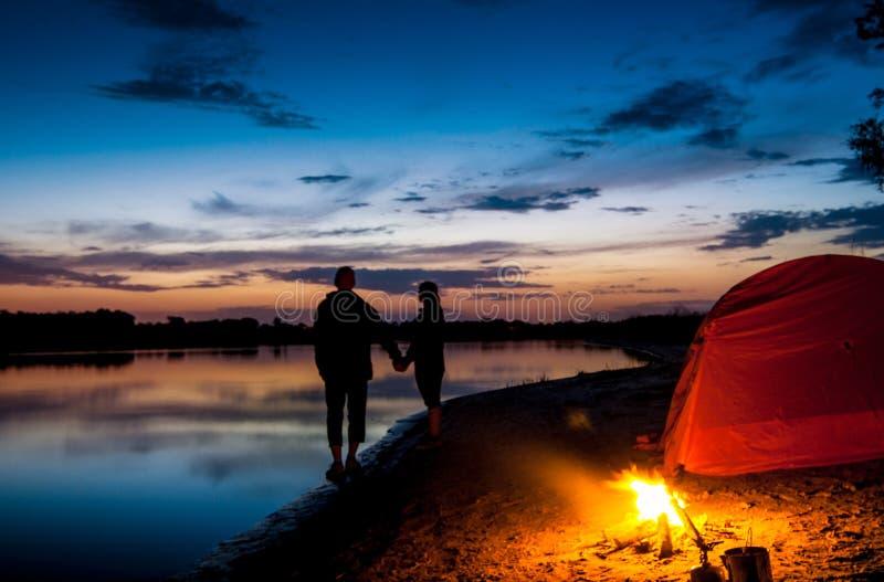 夫妇帐篷野营 免版税库存照片