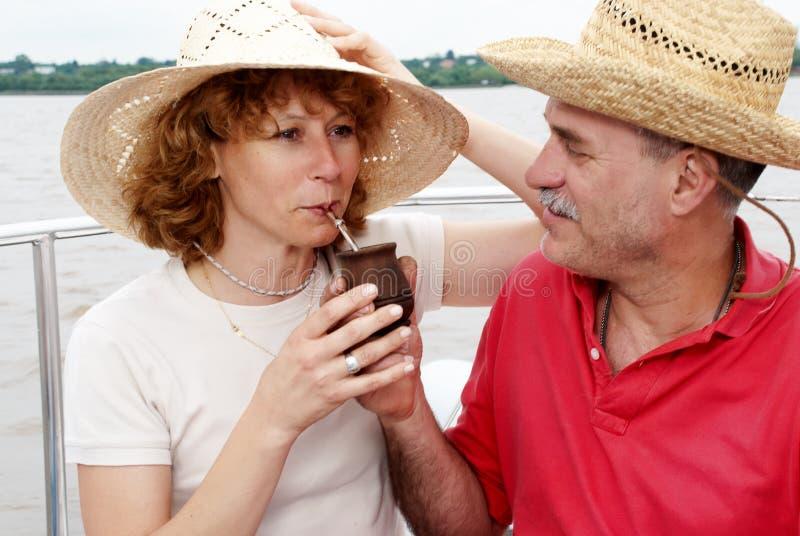 夫妇年长愉快的在机上游艇 图库摄影