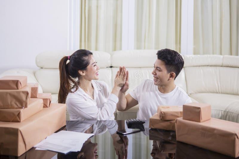 夫妇庆祝他们的成功网上事务 免版税图库摄影