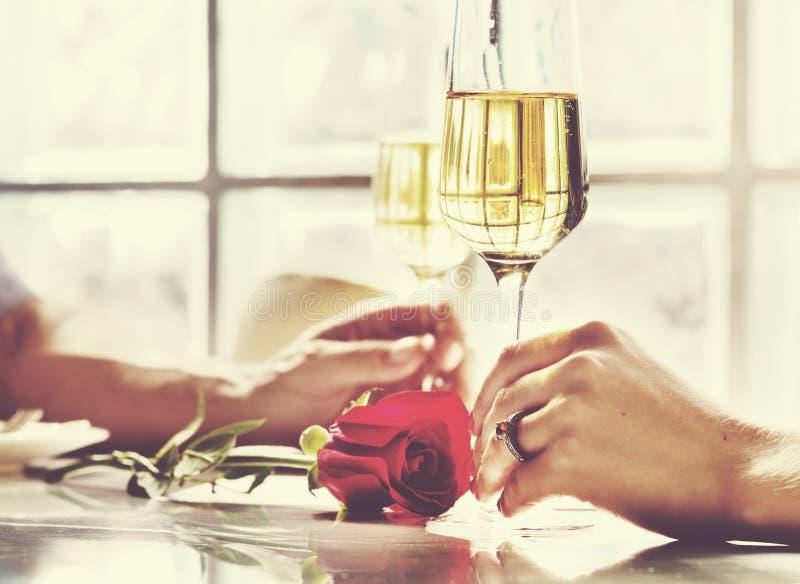 夫妇庆祝喝香宾爱概念 免版税库存照片