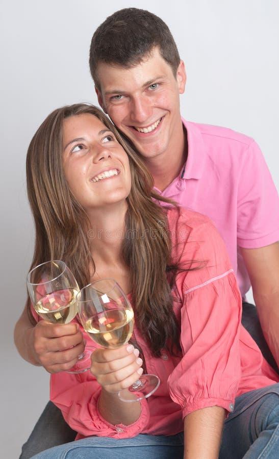 年轻夫妇庆祝 免版税图库摄影
