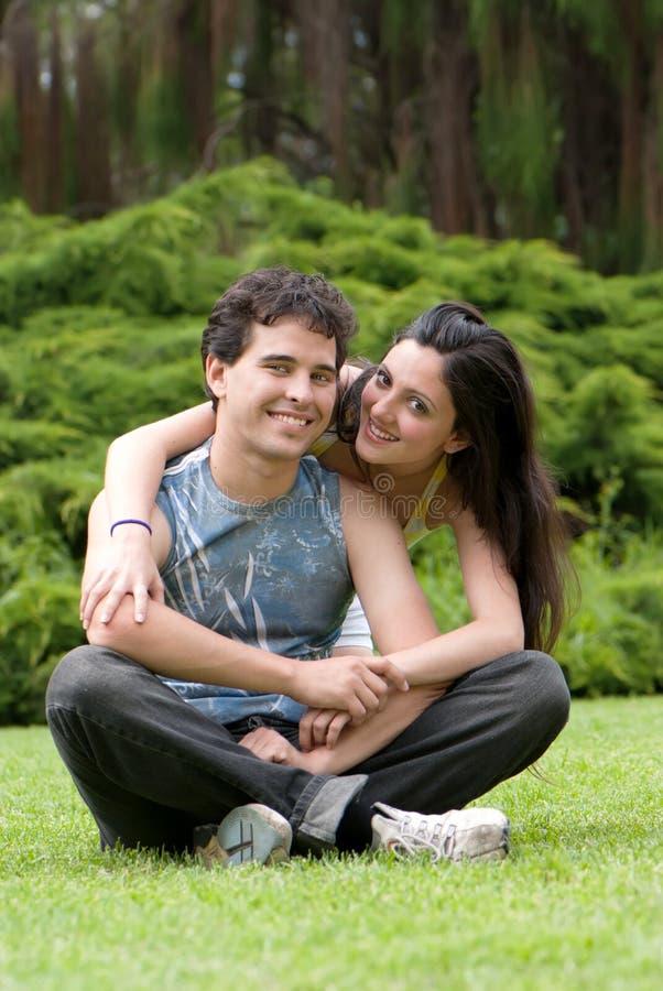 夫妇庭院夏天年轻人 免版税库存图片