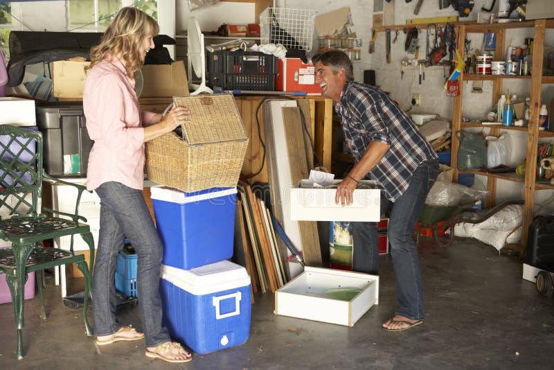夫妇庭院旧货出售的清洁车库 免版税库存照片