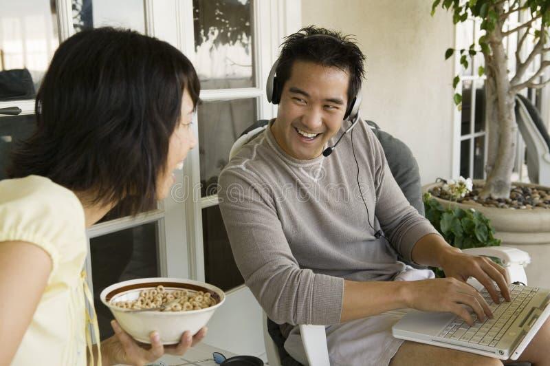 夫妇录影聊天在互联网 免版税图库摄影