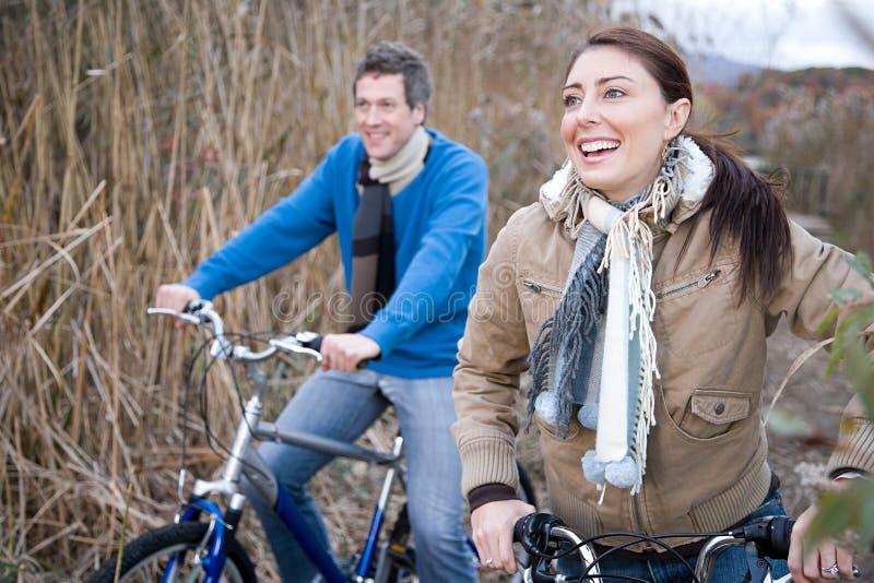 Download 夫妇循环 库存照片. 图片 包括有 白种人, 航空, 享受, 骑自行车的, 兴奋, 自行车骑士, 远期, 种族 - 62534076