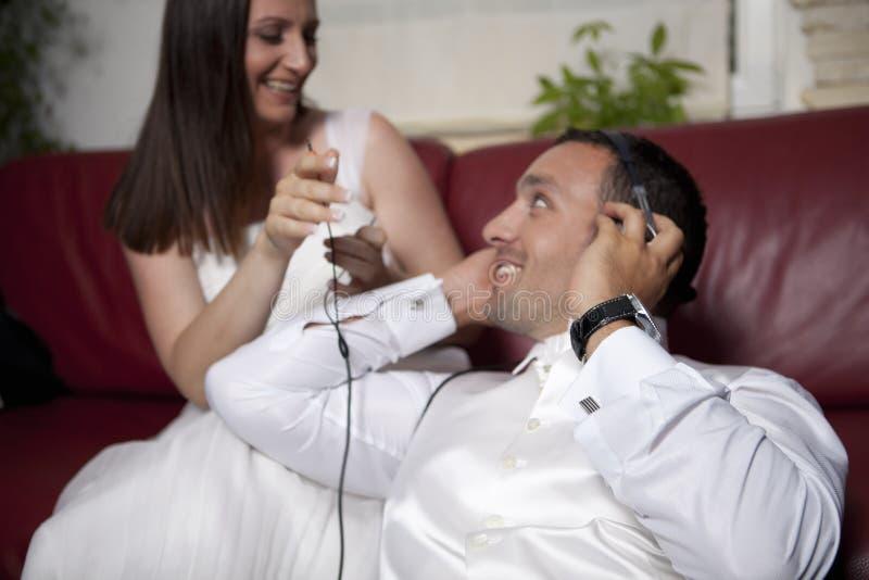夫妇微笑的婚礼 免版税库存图片