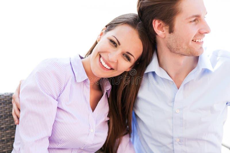 年轻夫妇微笑 免版税库存图片