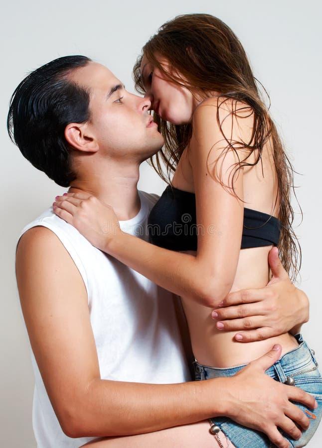 夫妇性交前的爱抚熟友年轻人 免版税图库摄影