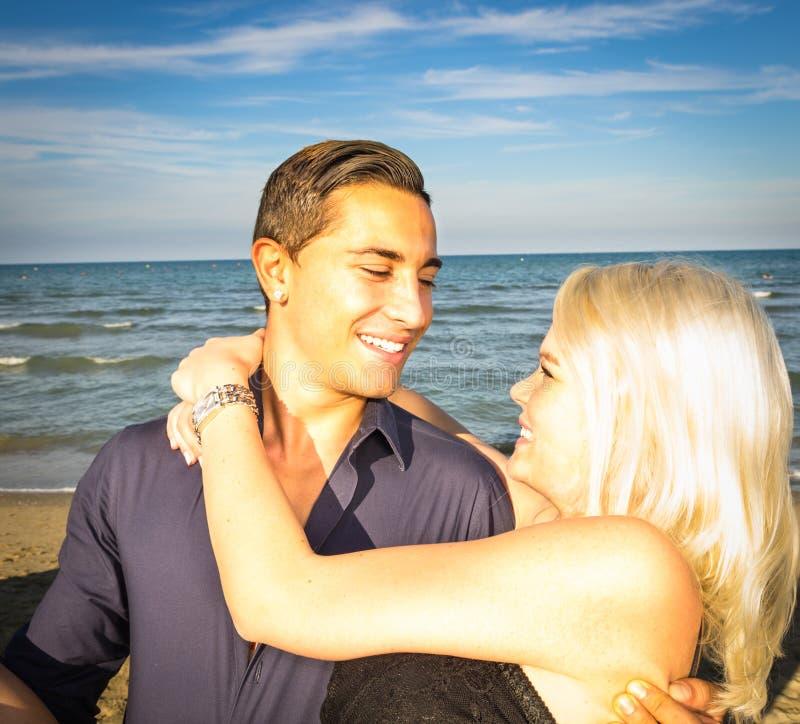 夫妇愉快在海滩 免版税库存照片