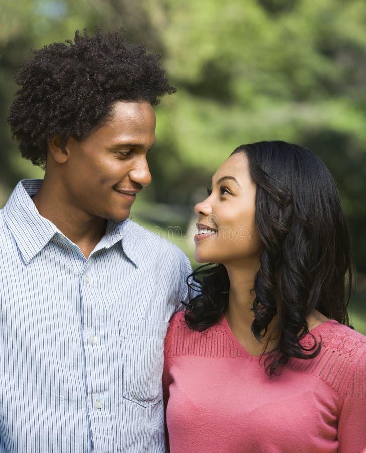 夫妇愉快微笑 图库摄影