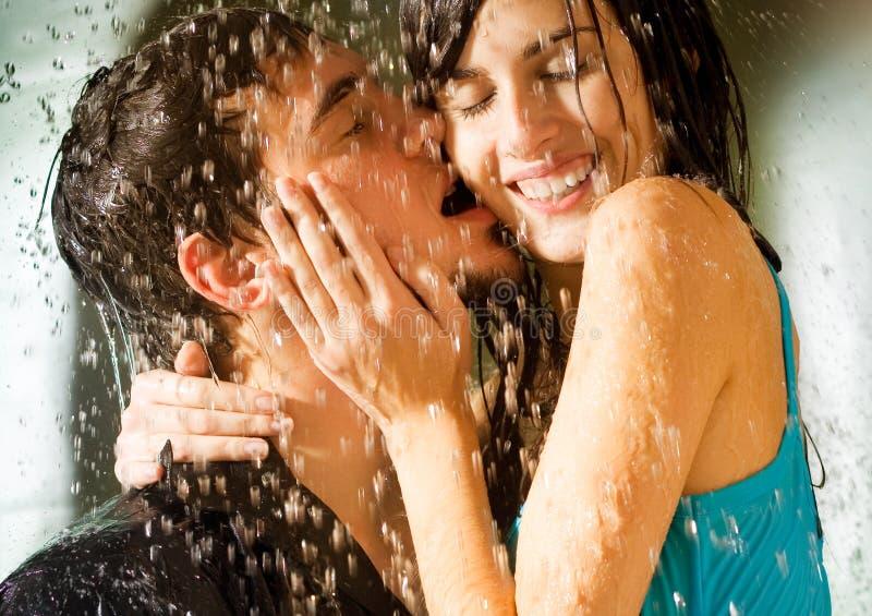 夫妇愉快的亲吻的年轻人 免版税图库摄影