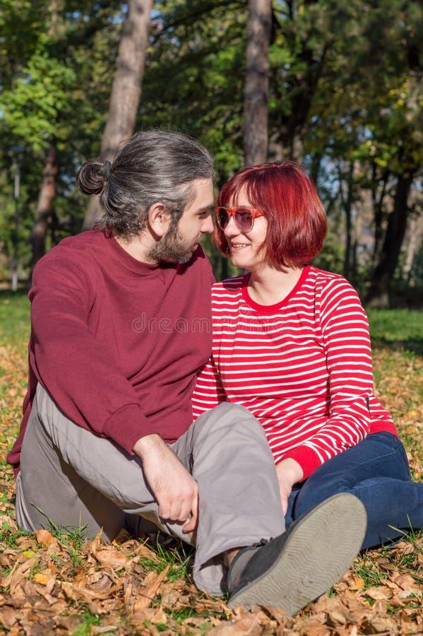 夫妇愉快的公园 免版税库存图片