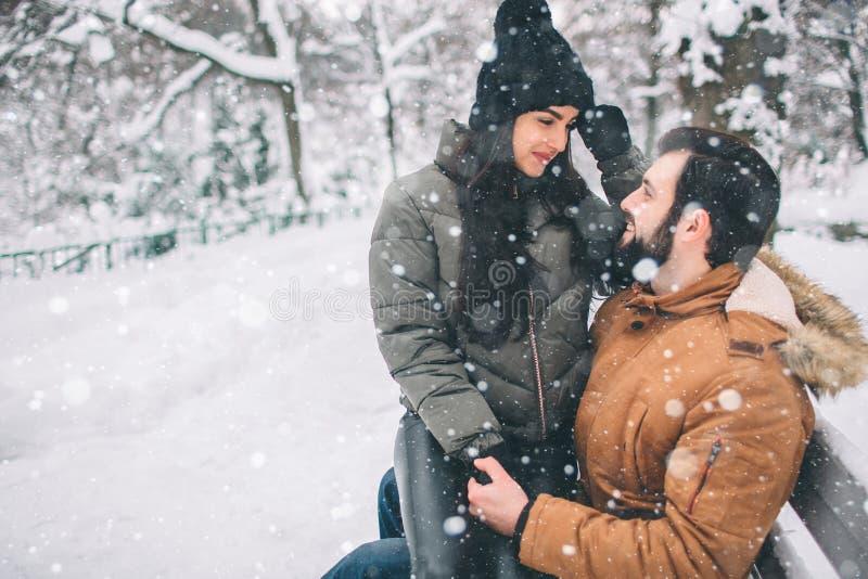 夫妇愉快的冬天年轻人 户外系列 看起来的男人和的妇女向上和笑 爱、乐趣、季节和人们 库存图片