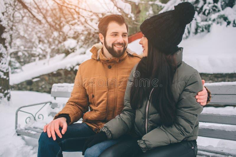 夫妇愉快的冬天年轻人 户外系列 看起来的男人和的妇女向上和笑 爱、乐趣、季节和人们 图库摄影