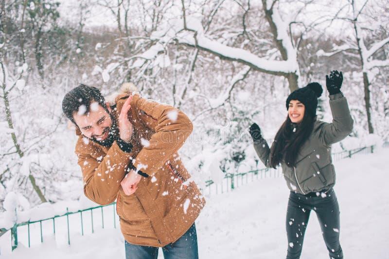 夫妇愉快的冬天年轻人 户外系列 看起来的男人和的妇女向上和笑 爱、乐趣、季节和人们 免版税图库摄影