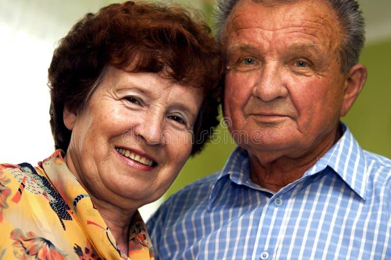 夫妇愉快的前辈微笑 免版税库存照片