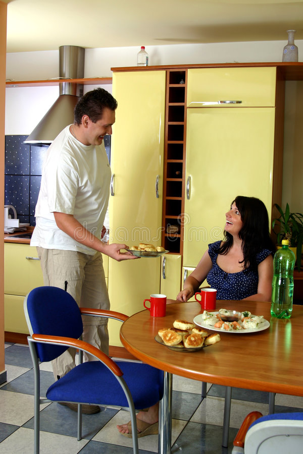 夫妇愉快的厨房 免版税库存图片