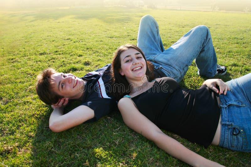 夫妇愉快的户外年轻人 免版税库存照片