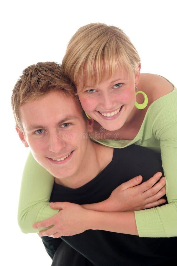 夫妇愉快的拥抱的年轻人