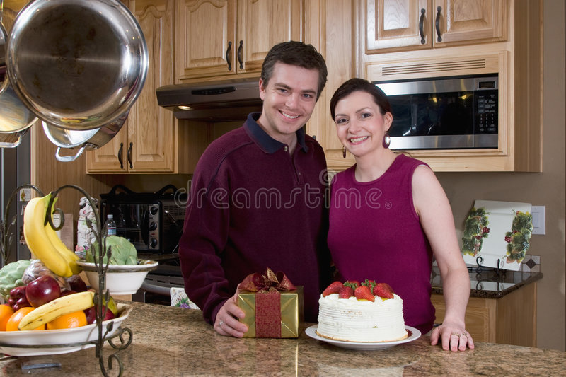 夫妇愉快的水平的厨房 免版税库存照片