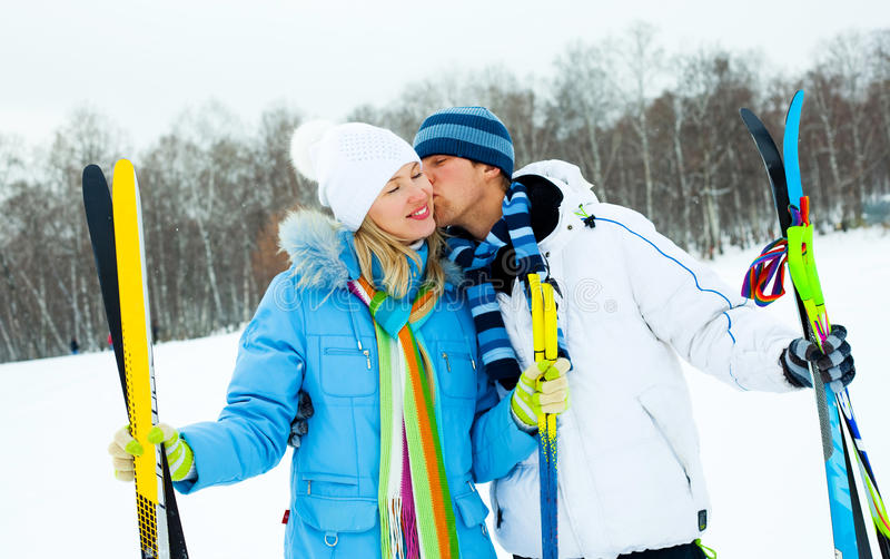 夫妇愉快的滑雪 免版税库存照片