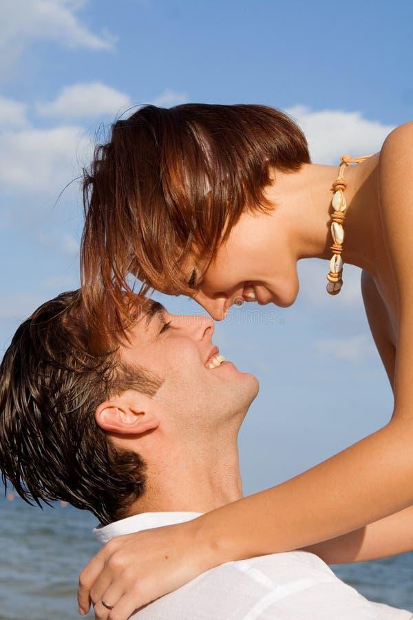 夫妇愉快的爱的年轻人 免版税库存图片