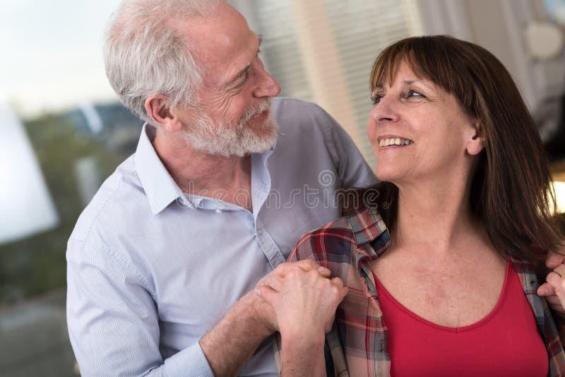 夫妇愉快的纵向前辈 免版税库存图片