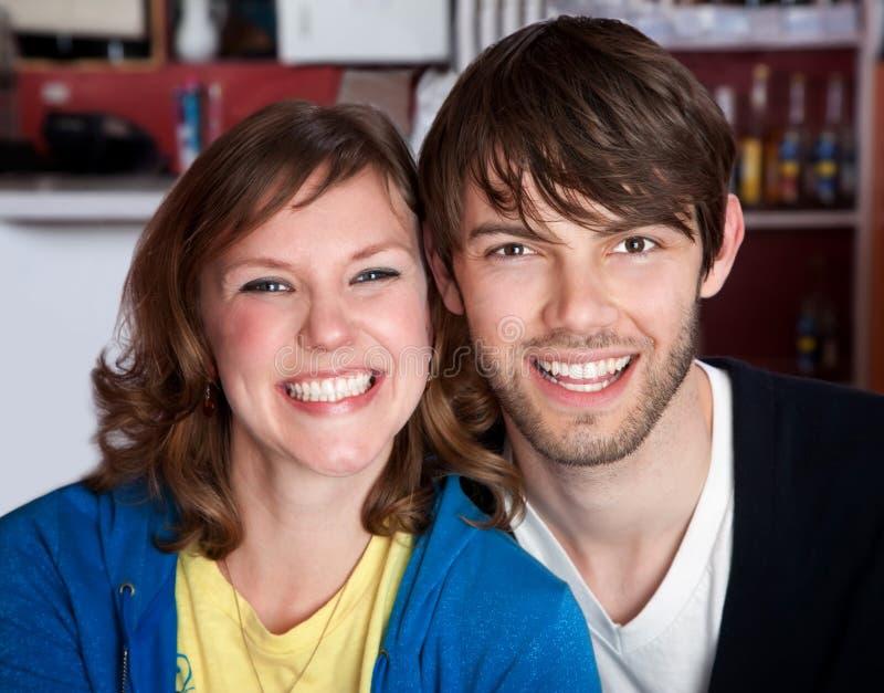 夫妇愉快的行家非常年轻人 免版税库存照片