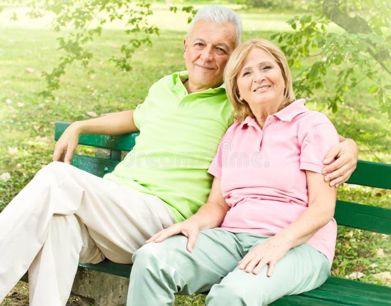 夫妇愉快的轻松的前辈 免版税库存照片