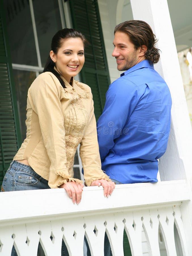 夫妇愉快的露台年轻人 图库摄影