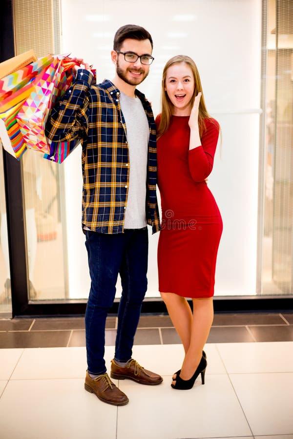 夫妇愉快的购物 免版税库存照片