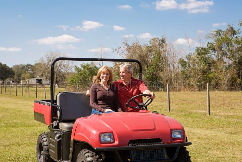 夫妇成熟农厂的乐趣 库存照片