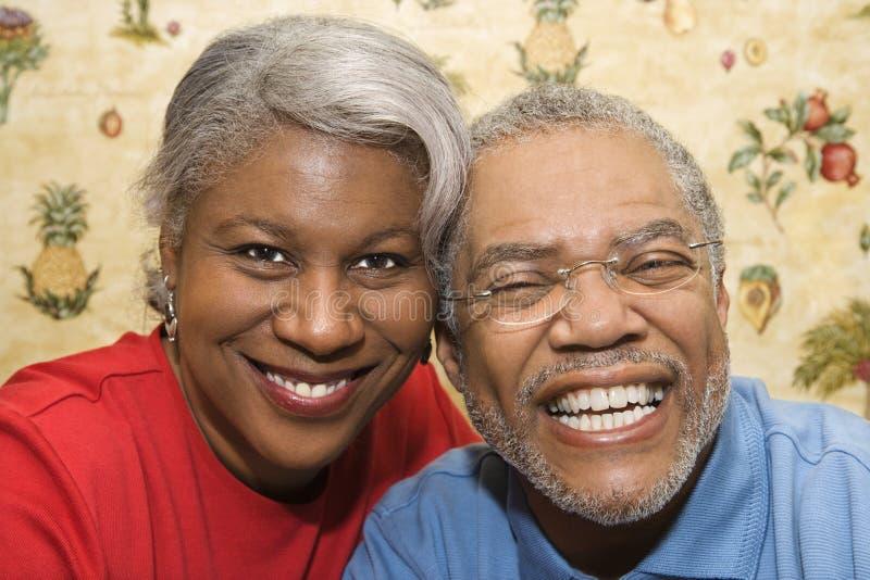 夫妇成熟微笑 免版税图库摄影