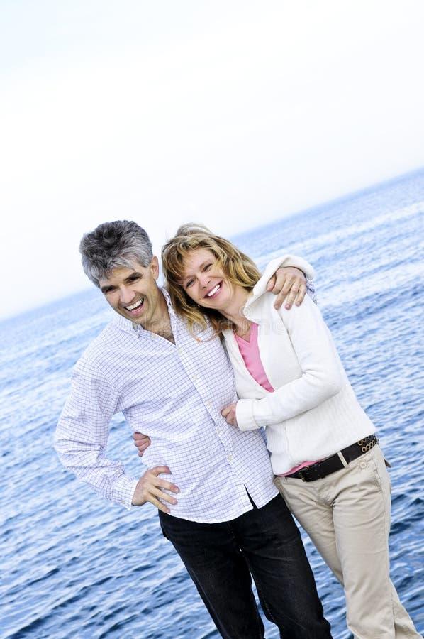夫妇成熟浪漫海滨 免版税库存照片