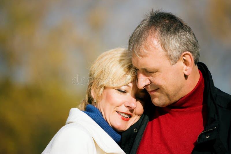 夫妇成熟浪漫的公园 库存照片