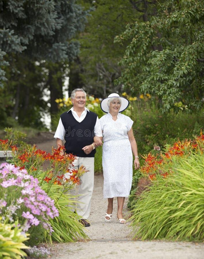 夫妇成熟漫步的公园 免版税图库摄影