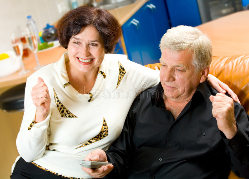 夫妇成熟电视注意 免版税库存图片