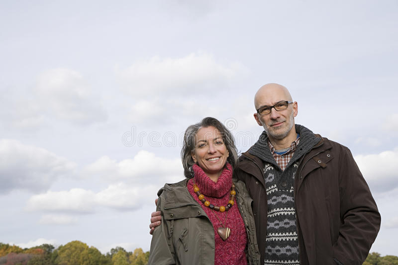 Download 夫妇成熟纵向 库存图片. 图片 包括有 高兴, 享用, 旅途, 云彩, 阴云密布, 镜片, 夫妇, 复制 - 62534279