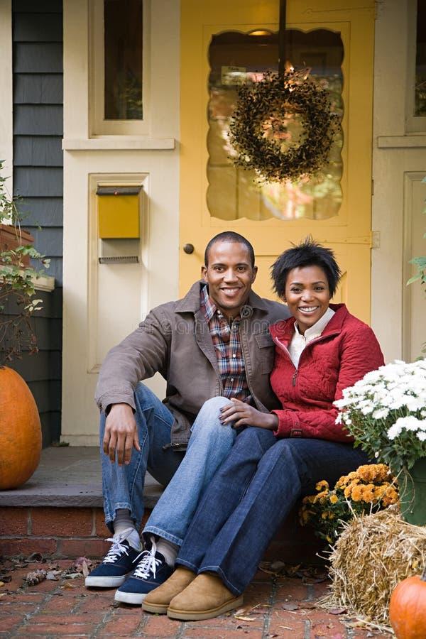 Download 夫妇房子外 库存图片. 图片 包括有 秋天, 自治权, 成人, 幸福, 大使, 中间, 偶然, 夫妇, 户内 - 62533979