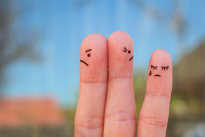 夫妇手指艺术在看在不同的方向的论据以后的 家庭想法在冲突期间的 免版税库存图片